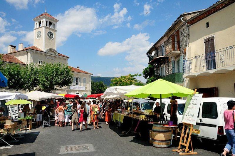 Une matinée sur le marché dAlba la Romaine ©OTISARV